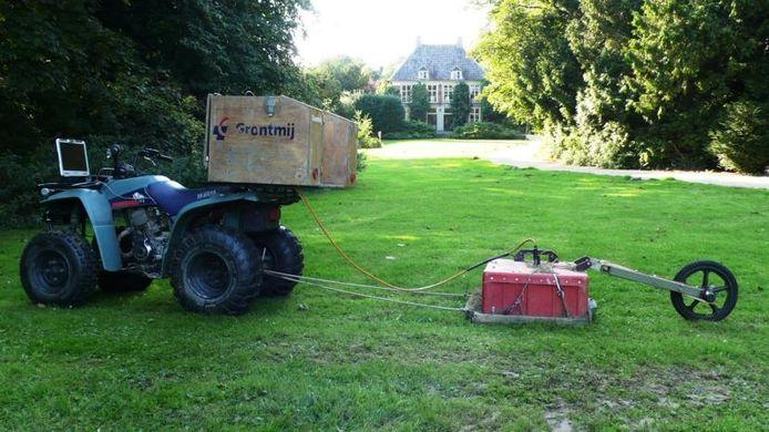 De grondradar in stelling gebracht op het landgoed Heerlijkheid Horssen. Op de achtergrond het landhuis. foto Otto van Dijk