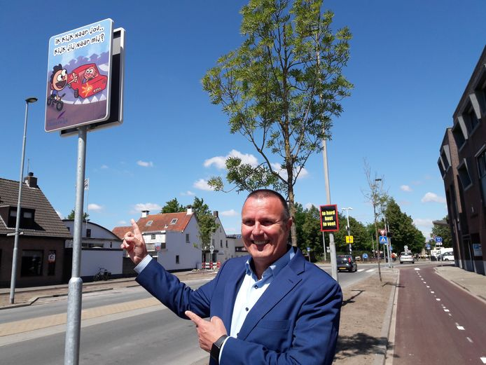 Bij de nieuwe rotondes op de Moergestelseweg plaatste wethouder Dion Dankers dit voorjaar al zijn ludiek ogende bewustwordingsborden, waarvan hij er ook enkele bij de kruising van de Baerdijk met het fietspad aankondigde.