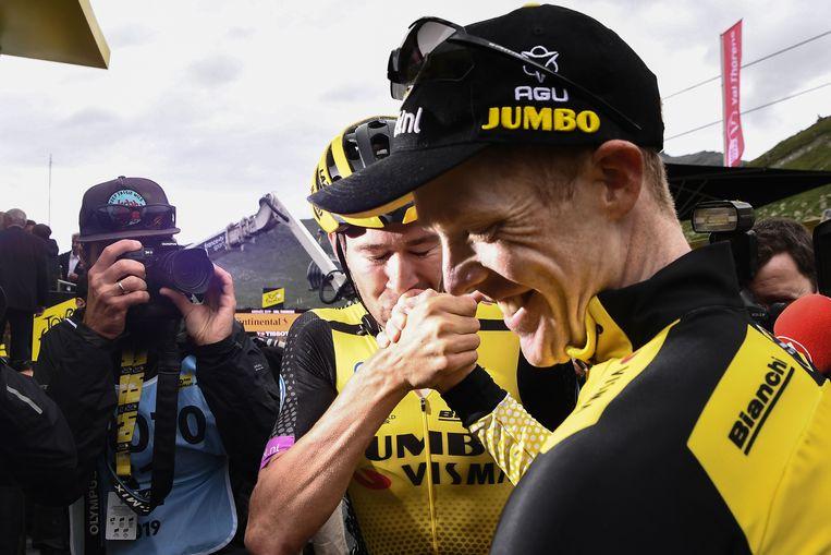 Steven Kruijswijk viert zijn derde plaats. Beeld AFP