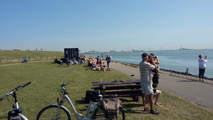 Wachten op de vlootshow op de dijk bij Ritthem.