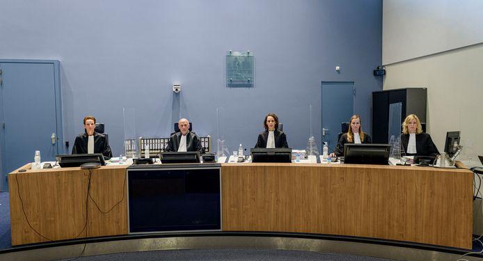 De rechters van de meervoudige strafkamer die de zaak van de 4-voudige moord in de Van Leeuwenhoekstraat. Vlnr: Mr. Koppes, vz mr. Hendriks en mr. Heijink. 2 dames rechts zijn de griffiers van de rechtbank.