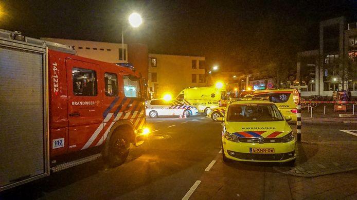 Hulpdiensten bij het appartementencomplex in Hilversum waar vrijdagavond een grote brand heeft gewoed.