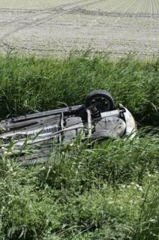 Vrouw slaat met auto over de kop in Dronten