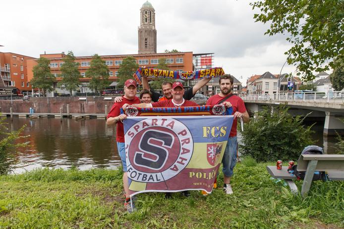 Fans van Sparta Praag vermaken zich opperbest in de Overijsselse hoofdstad.