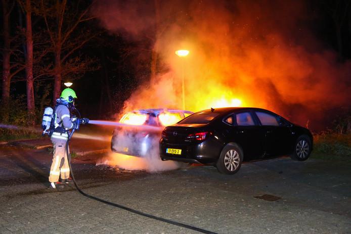 Vijf auto's gingen in de nacht van zaterdag op zondag in vlammen op.