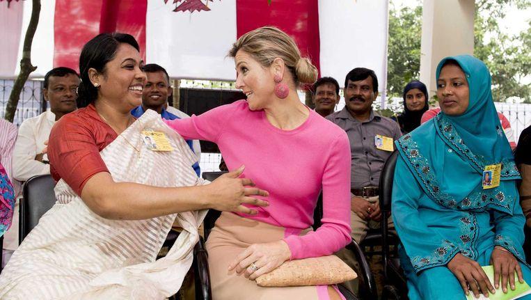 Koningin Máxima op bezoek bij een kledingfabriek waar zij met werknemers praat over hun ervaringen met leningen en andere financiele diensten. Beeld anp