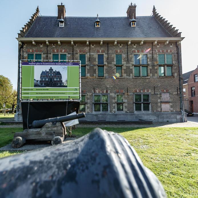 Achter het oude stadhuis in Klundert is donderdag een bouwbord onthuld. Het herstel van de glas-in-loodvensters is nabij.