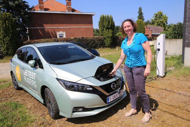 Hilde De Wachter laadt haar Nissan LEAF op aan de laadpaal voor haar deur.
