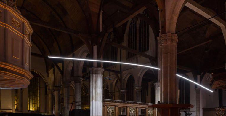 Between light in de Oude Kerk Beeld geen