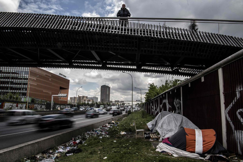 Vluchtelingen bivakkeren in tentjes onder de weg bij Porte d'Aubervilliers