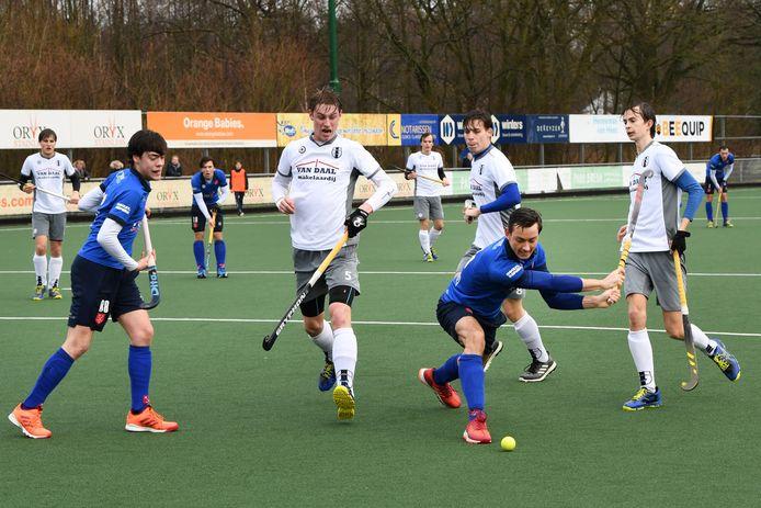 Lucas van Bergeijk (blauw shirt, rechts) neemt namens Breda het Delftse doel onde vuur.