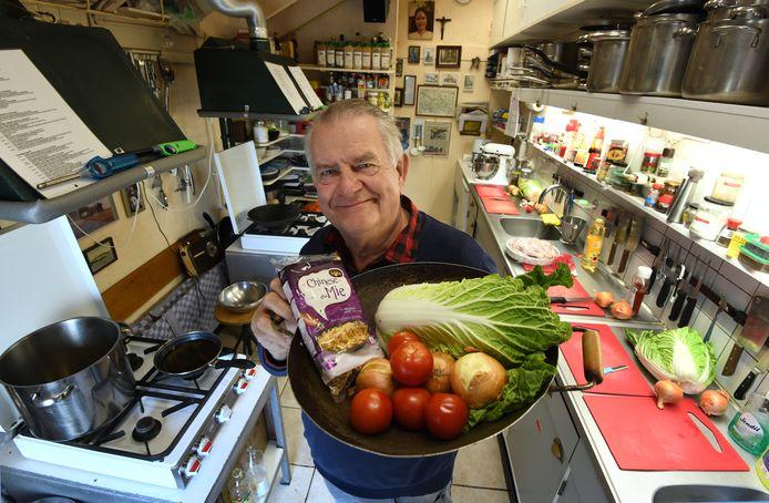 Culemborg Emile Spithoven in zijn keuken waar hij les geeft.