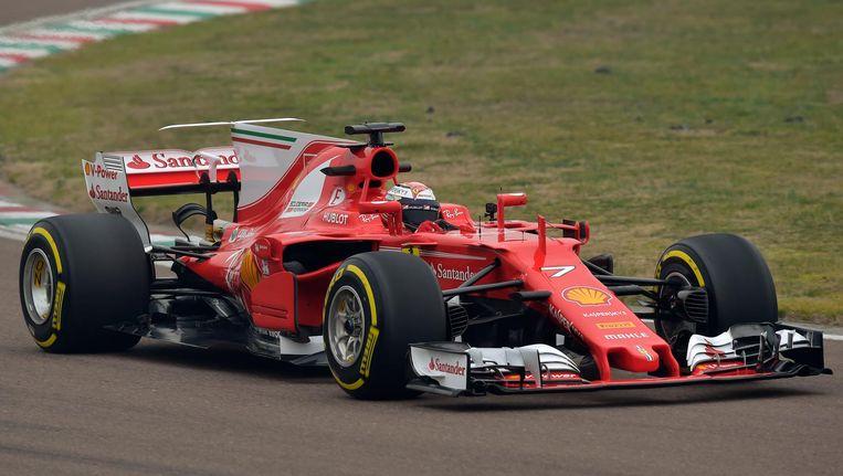 Räikkönen vandaag tijdens een promotieronde in de nieuwe Ferrari. Beeld ap