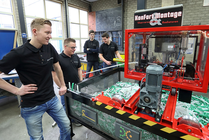V.l.n.r. Wouter Boot, Jorick Vroegop, Alex Suijkerbuijk en Bart de Nijs bij hun verwarmingsbuizenverknipper op het Markiezaat College. Foto Chris van Klinken
