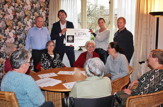 Inloophuis De Schuilplaats krijgt een cheque van de Lions Club IJsselstein-Lopikerwaard.