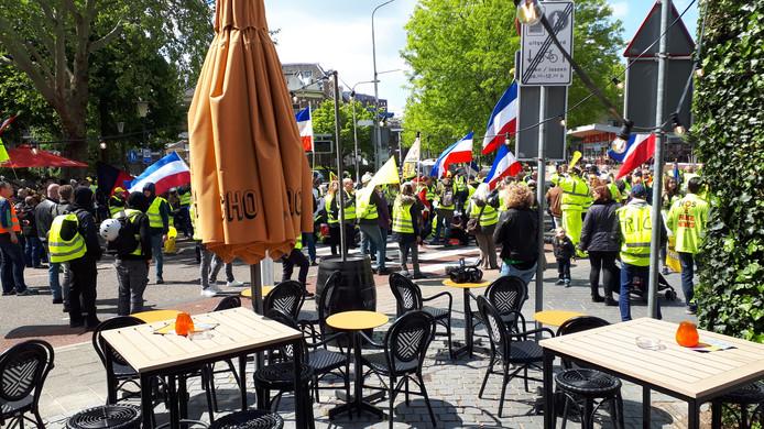 De stoet Gele Hesjes op het Joris Ivensplein in Nijmegen.