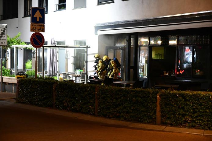 De brandweer moest het raam van de voordeur inslaan om binnen te komen.