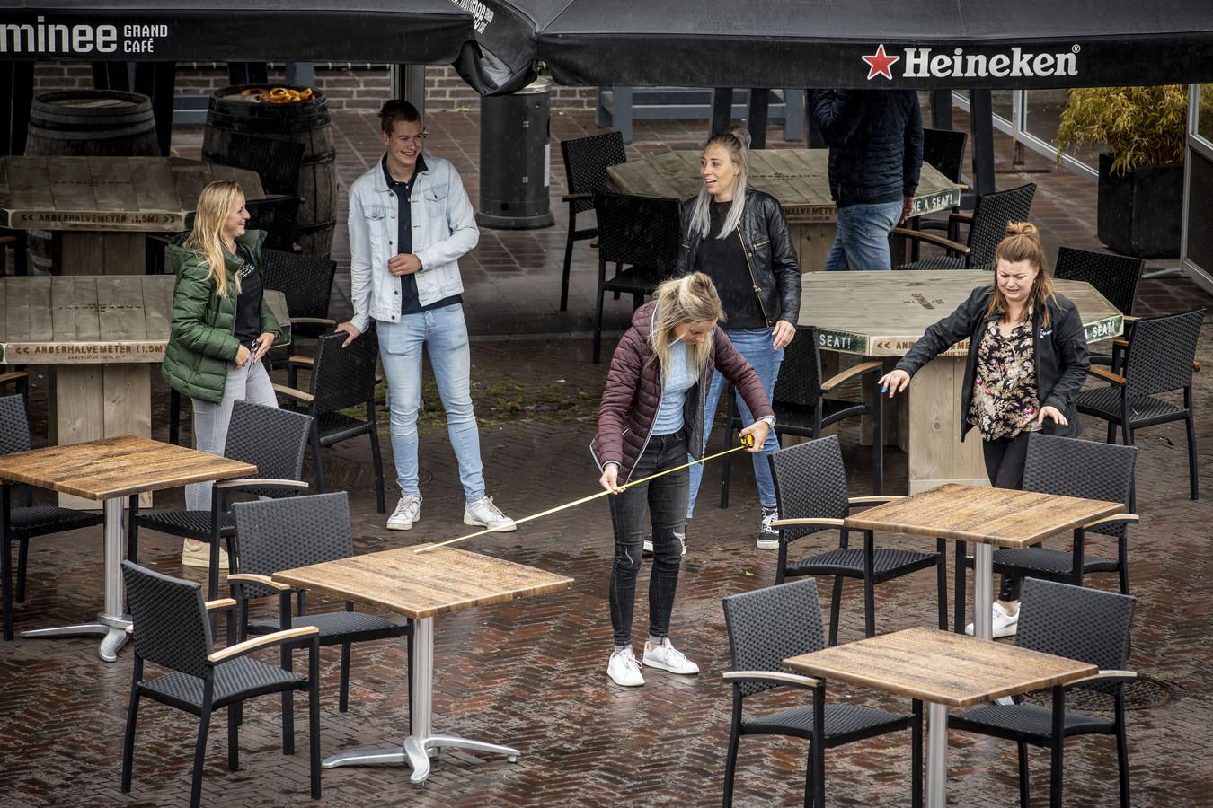 Oldenzaalse horeca maakt in aanloop naar 1 juni gezamenlijke coronaproof proefopstelling terras op Groote Markt. EDITIE: OL FOTO: Robin Hilberink RH20200524