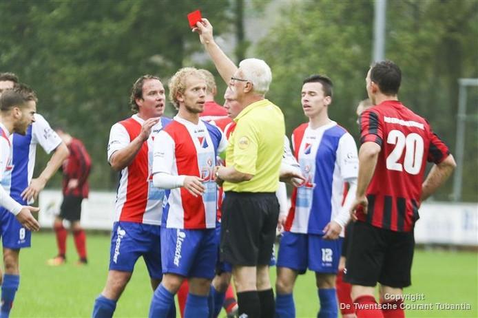 Frustratie bij Wilhelminaschool na de rode kaart voor Marvin de Leeuw in het duel tegen DES.