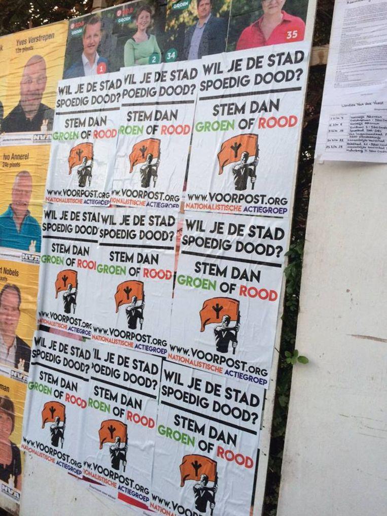 De affiches van kartel sp.a-Groen werden op diverse verkiezingsborden overplakt door de Voorpost.