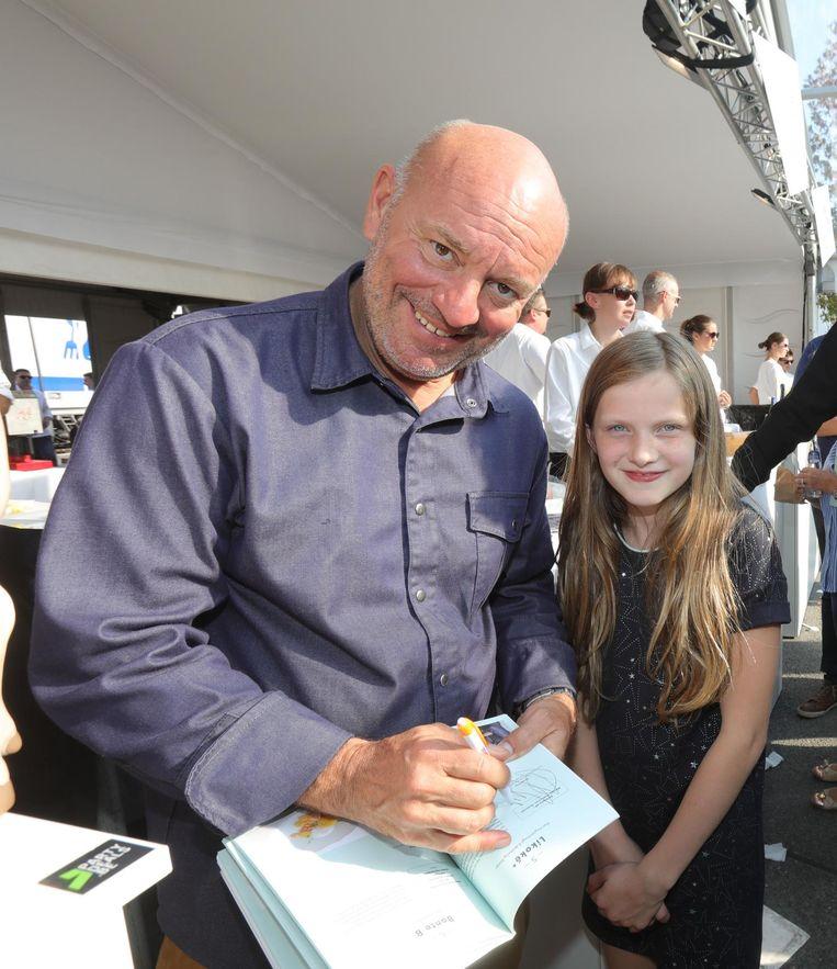 Piet maakt een jonge fan gelukkig met een handtekening.