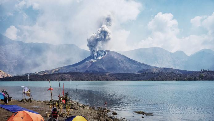 De aswolk uit Mount Rinjani op Lombok.