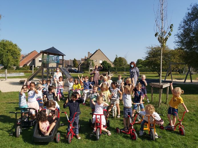 Het derde kleuter van basisschool Kantelberg in Brugge maakt kennis met nieuwe fietsjes.