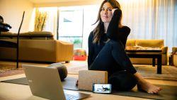 """#SAMENTEGENCORONA Mounira geeft online yogales: """"Handelen vanuit liefde kan zelfs in tijden van crisis"""""""