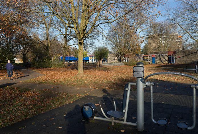 De fitnesstoestellen aan de Eduard Schilderinkstraat zijn een hangplek voor jongeren. Daarachter de school waar het in de avonduren niet altijd pluis is.