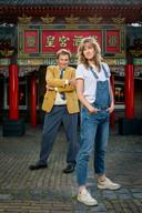 Tv-boegbeeld Henny Huisman en ninetieskind Marijn Frank presenteren Een Programma Over de Jaren Negentig.