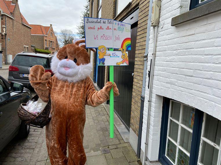 De paashaas liep plots rond door Brugge: juf Ulrike verraste alle kleuters en leerlingen van het eerste jaar