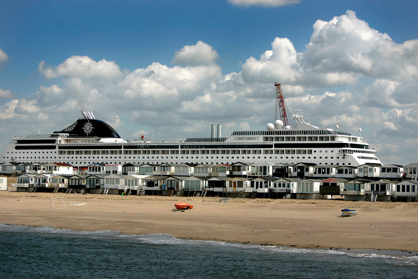 Een Italiaans cruiseschip in de IJmondhaven in IJmuiden.