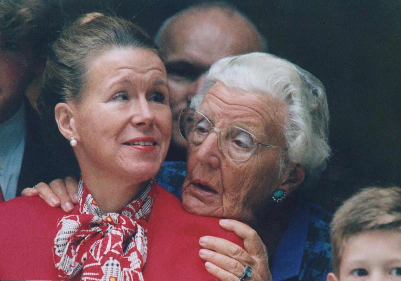 Prinses Christina en haar moeder prinses Juliana volgen vanuit het Kabinet van de Koningin aan de Korte Vijverberg de rijtoer van de Gouden Koets, 1994.  Beeld ANP