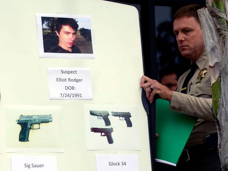 Een sheriff laat een foto van Rodger zien, en toont de modellen van de wapens die hij heeft gebruikt bij zijn moordpartij.  Beeld anp