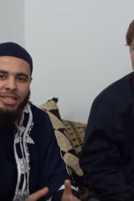 Student uit Nieuw-Zeeland brengt bosje bloemen naar moskee in Rotterdam