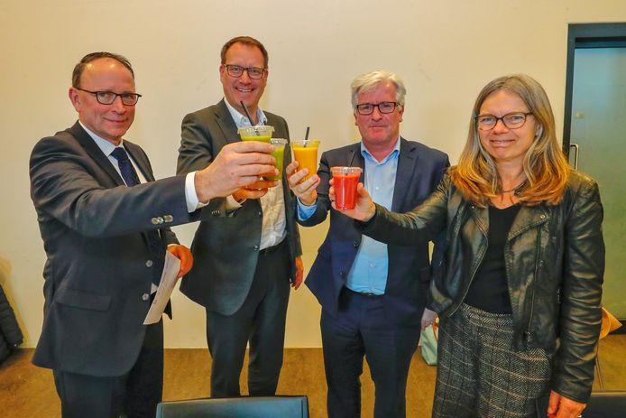 Maandag werd een toost uitgebracht op het ontwerplab N69. Van links naar rechts: wethouder Theo Geldens, wethouder Arno Uijlenhoet, gedeputeerde Erik van Merrienboer en Suzanne Udo van de TU/e.