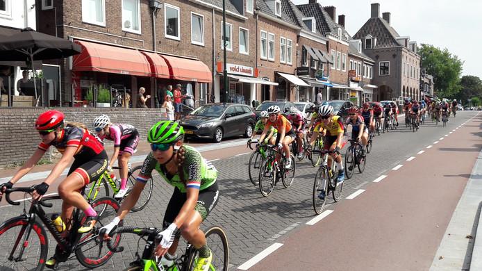 Het vrouwenpeloton bij de laatste doorkomst in Rhenen.