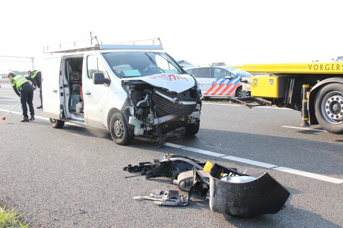 Een van de zes zwaar beschadigde voertuigen was een bestelbusje.