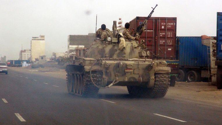 Een tank van het Jemenitische leger in Aden vandaag. Beeld epa