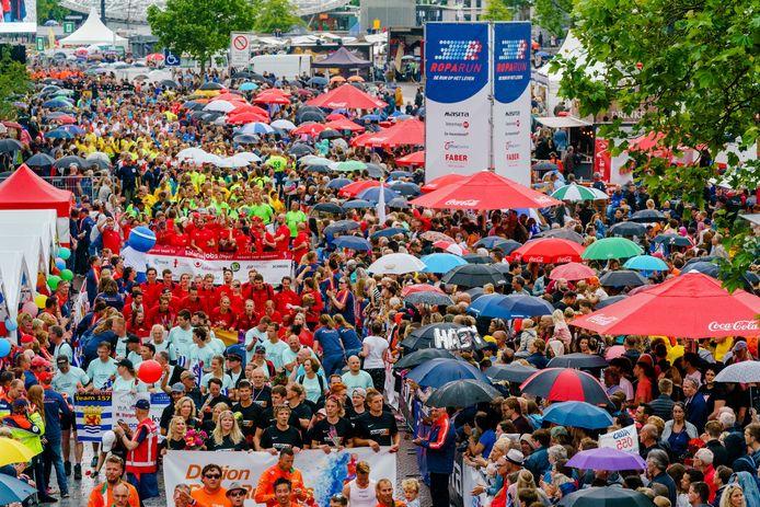 Deelnemers aan de Roparun komen in 2019 over de finish op de Binnenrotte in Rotterdam.