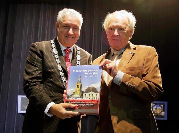 Burgemeester Niederer en schrijver Ben Maas tonen het boek aan het publiek in de Sint Jan.     foto : pix4profs/gerard van offeren