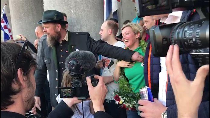 'Opperblokkeerfriezin' Jenny Douwes (die 240 uur werkstraf hoorde eisen) wordt toegezongen en krijgt een krans om haar nek.