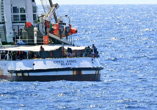 De Open Arms dobbert al negentien dagen op zee met bijna honderd migranten aan boord.