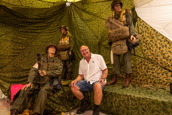 Hans Vervoort tussen zijn 'soldatenjongens' die onderdeel zijn van de tentoonstelling 75 jaar bevrijding.
