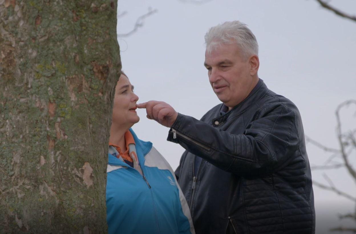 Boer Geert Jan zit even aan logee Jacqueline.