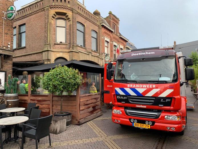 Er ontstond kortsluiting in een oude meterkast in de kelder van restaurant De Zaak aan de Grutstraat in Doetinchem.