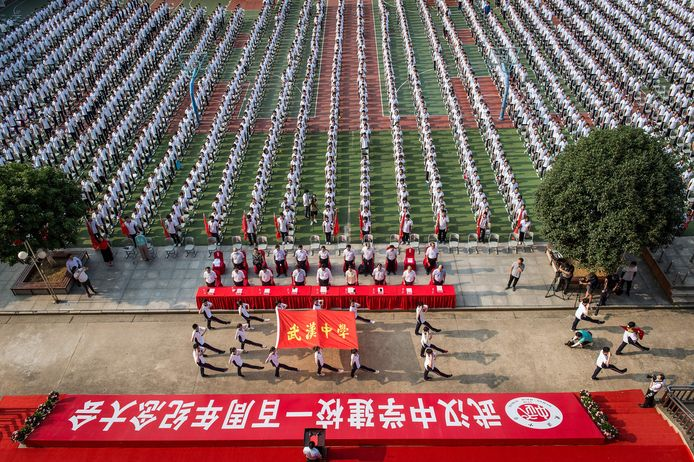 Leerlingen bij de openingsceremonie van het nieuwe schooljaar in Wuhan.
