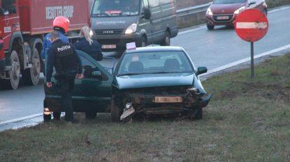 19-jarige bestuurder lichtgewond nadat hij controle over stuur verliest op R8