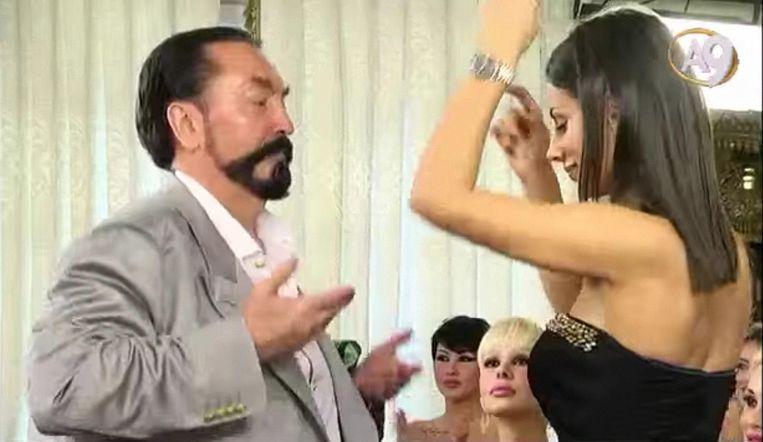 Oktar op de Turkse tv, dansend met een van zijn 'kitties' Beeld anp