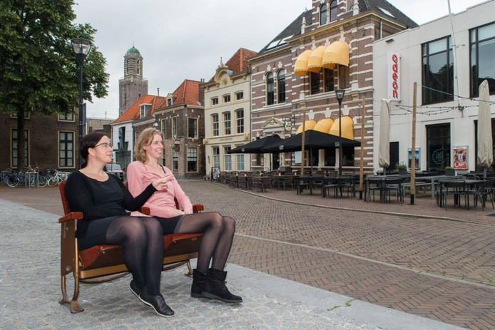 Henriëtte Boerhof en Jessica Koek van filmtheater Het Fraterhuis zitten al klaar voor de buitenfilm Eye in the Sky, die zaterdagavond 2 juli wordt vertoond op de Blijmarkt.
